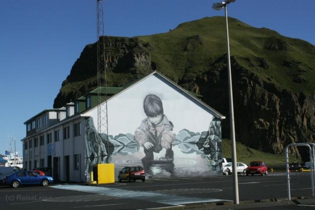 Hauswand eines Hafengebäudes auf Heimaey